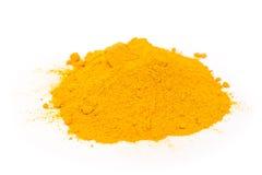 Pile de poudre de safran des indes sur le blanc Photo stock