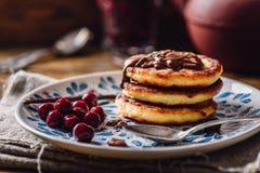 Pile de Quark Pancakes avec la cerise Photos stock