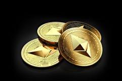 Pile de quatre pièces de monnaie d'or d'Ethereum s'étendant sur le fond noir Images stock