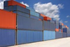 Pile de récipients de cargaison à la cour de récipient avec le nuage Image libre de droits