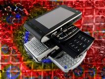 Pile de réseau lumineux de plusieurs téléphones portables modernes image libre de droits