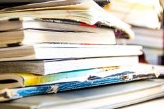 Pile de réutiliser le papier sur le blanc Pile de vieux livres Haut étroit de vieux livres ouverts Photo stock