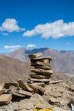 Pile de roche avec le fond de montagne Photographie stock