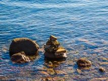 Pile de roches dans l'eau Image stock