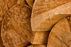 Pile de rondins en bois naturels fond de coupe en bois de pile Photographie stock libre de droits