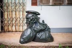 Pile de sacs de déchets à la porte à la maison de mur photo libre de droits