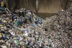 Pile de saisie de main mécanique de griffe des déchets mélangés Photographie stock libre de droits