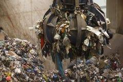 Pile de saisie de main mécanique de griffe des déchets mélangés Photo libre de droits