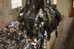 Pile de saisie de main mécanique de griffe des déchets mélangés image libre de droits