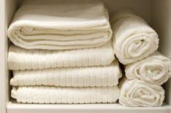 Pile de serviettes éponge blanches vue de face, plan rapproché photos stock