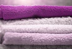 Pile de serviettes de bain pliées de Terry dans la salle de bains, l'hygiène et le séchage de la peau, plan rapproché image libre de droits