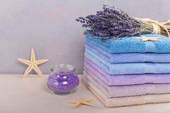 Pile de serviettes de bain colorées sur le fond clair Photographie stock