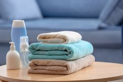 Pile de serviettes propres et d'articles de toilette Images libres de droits