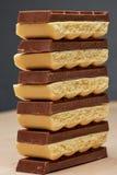 Pile de six noirs et de macro poreux blanc du chocolat cinq Photographie stock libre de droits