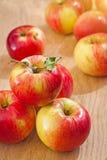 Pile de Smal de pommes sur les conseils en bois images libres de droits
