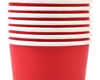 Pile de tasse de café de papier colorée. Photos libres de droits