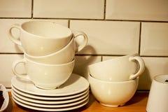 Pile de tasses de café empilée en dedans Photos libres de droits
