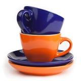 Pile de tasses et soucoupes bleues et oranges de thé Photographie stock libre de droits