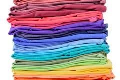 Pile de texture colorée de T-shirt, d'isolement sur le fond blanc Le fichier contient un chemin à l'isolement Images libres de droits