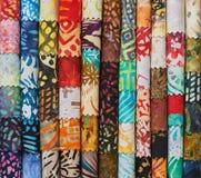 Pile de tissus piquants colorés de batik comme fond d'image vibrant photo libre de droits