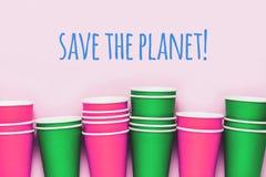 Pile de tour de tasses de papier sur le fond rose illustration de vecteur