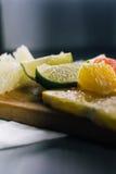Pile de tranches d'agrumes Oranges et chaux de citrons, grapefr photo libre de droits
