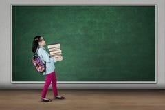 Pile de transport d'étudiant des livres dans la salle de classe images stock