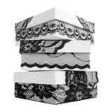 Pile de trois boîte-cadeau blancs élégants, décorée du ruban noir exquis de dentelle Image libre de droits
