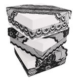 Pile de trois boîte-cadeau blancs élégants, décorée du ruban noir exquis de dentelle Photographie stock libre de droits