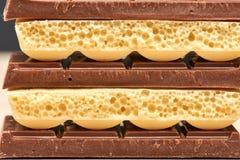 Pile de trois noirs et de plan rapproché poreux blanc du chocolat deux Images stock