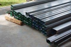 Pile de tuyaux rectangulaires en métal pour des approvisionnements de construction photographie stock libre de droits