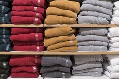 Pile de vêtements colorés dans le magasin images libres de droits