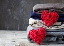 Pile de vêtements tricotés chauds Photographie stock libre de droits