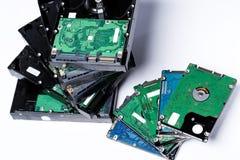 Pile de vieilles unités de disque dur sur le fond blanc Photographie stock