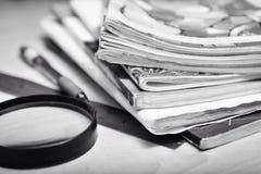 Pile de vieux carnets sur la table d'étudiant Photos stock