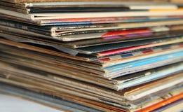 Pile de vieux disques vinyle Image stock