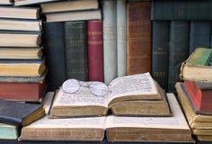 Pile de vieux livres Photos libres de droits