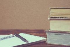 Pile de vieux livres, carnet avec le stylo sur la table en bois photos stock