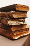 Pile de vieux livres déchirés en lambeaux Photo stock
