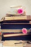 Pile de vieux livres et de courrier avec la tasse de thé Photo libre de droits