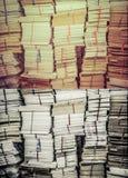 Pile de vieux livres et de documents dans le rétro ensemble de couleur grunge Photographie stock libre de droits