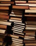 Pile de vieux livres modifiés sur des étagères à livres Image stock