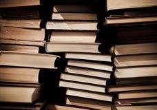Pile de vieux livres modifiés sur des étagères à livres Images libres de droits