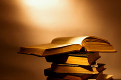 Pile de vieux livres reliés Photo libre de droits