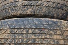 Pile de vieux pneu de voiture de fente avec la saleté brune Images libres de droits
