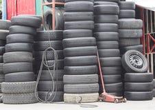 Pile de vieux pneus de voiture Photographie stock