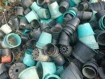 Pile de vieux pot de fleurs cassé Image stock