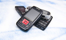 Pile de vieux téléphones portables. Photos stock