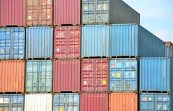 Pile del contenitore di carico in terminale di contenitore interno Fotografia Stock Libera da Diritti