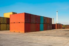 Pile del contenitore sull'iarda, sul trasporto e sulla logistica di spedizione fotografia stock